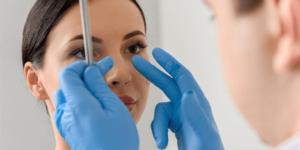 Como é realizada a cirurgia de desvio de septo nasal?